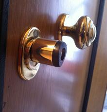 οι ηλεκτρονικές κλειδαριές navelon, σε πόρτες ασφαλείας και αλουμινίου